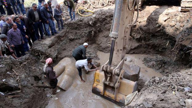 Fue necesario usar una excavadora para remover los restos de la estatua.