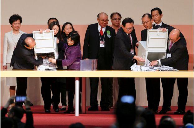 候选人中只有林郑月娥和胡国兴在香港湾仔中央点票站台上监督整个点票过程