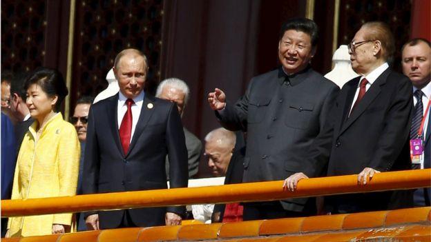 O presidente chinês, Xi Jinping (2 R) fala com o ex-presidente Jiang Zemin (R) ao lado do presidente Vladimir Putin da Rússia (2 L) e President Park Geun-hye da Coréia do Sul na porta de Tiananmen, no início do desfile militar que marca o 70 aniversário do fim da Segunda Guerra Mundial, em Pequim, China, 03 de setembro de 2015