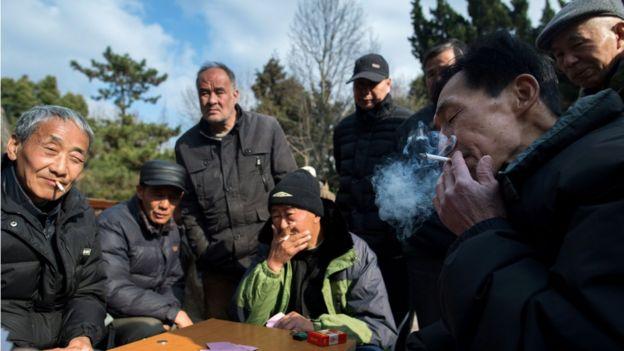 Hombres fumando