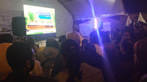 Colombianos ven el anuncio del acuerdo por televisión