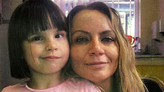 Ellie Butler junto a su madre, Jennie Gray