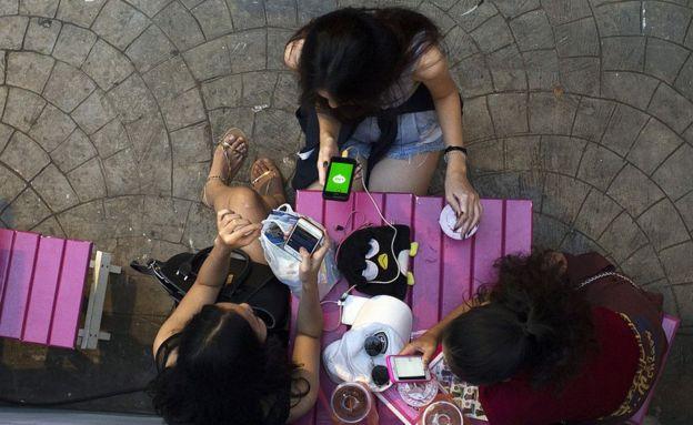 Una mujer utiliza Line en su smartphone en Bangkok, Tailandia.