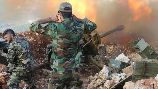 Syrian army personnel fire artillery in Latakia province, close to the border with Turkey (10 October 2015)