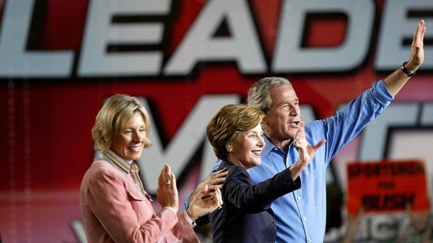 DeVos, George W. Bush y su esposa Barbara Bush.