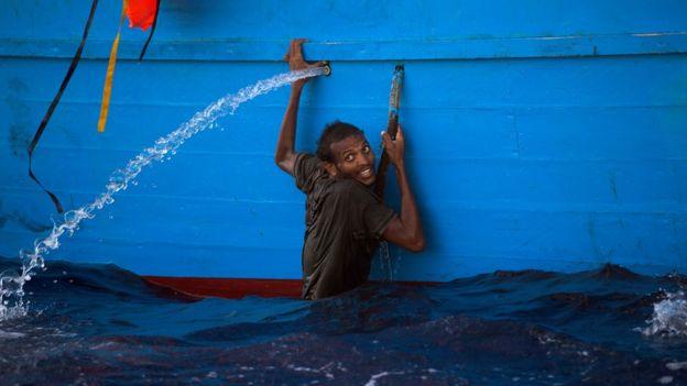 Un migrante en el agua