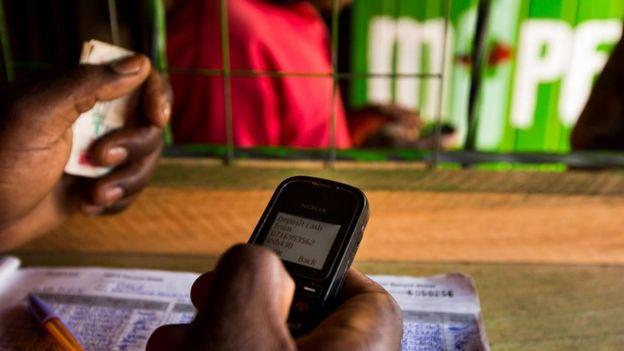 Un empleado en una tienda M-Pesa en nairobi