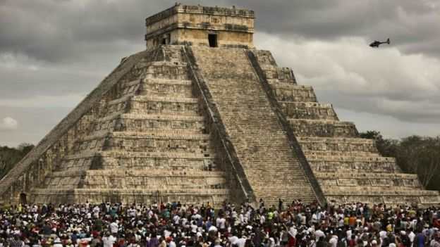 Tourists surround the Kukulcan Pyramid at the Chichen Itza archaeological site during the celebration of the spring equinox in Yucatan state, south-eastern Mexico (21 March 2016)