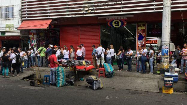 Cola de venezolanos frente a una casa de cambios.