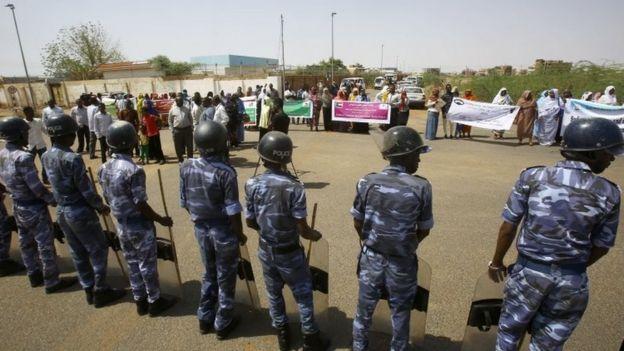 عناصر من قوات الأمن السودانية في محيط السفارة الأمريكية في الخرطوم (أرشيف)