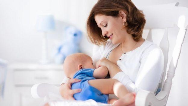 Madre dándole el pecho a su bebé