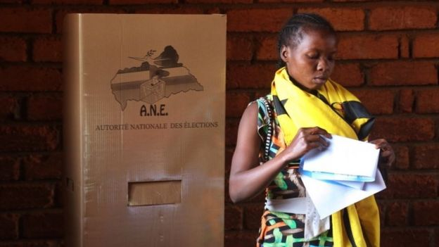 A woman folds her ballots before casting her vote during elections in Bangui, Central African Republic (30 December 2015)