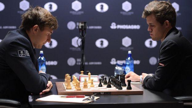El campeón reinante Magnus Carlsen de Noruega (der) y el pretendiente al trono Sergei Karjakin, de Rusia.