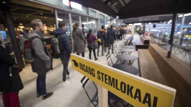 очередь к кабинкам для голосования на вокзале в Утрехте