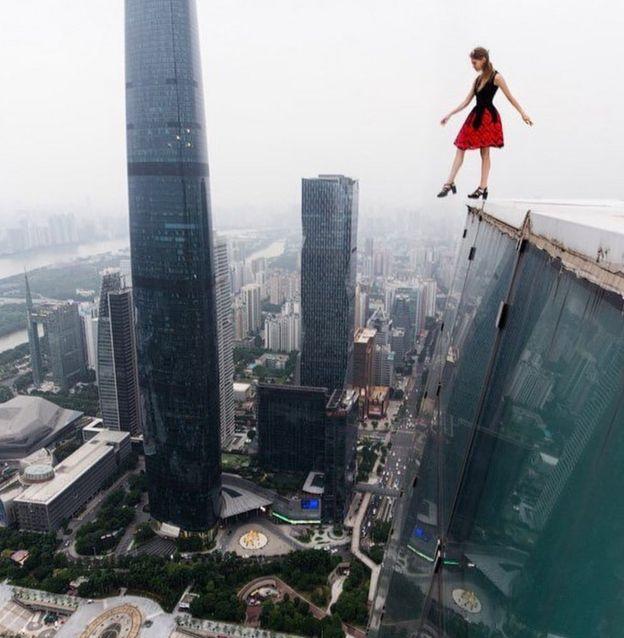 Angela Nikolau hace proezas visuales sobre lo alto de edificios de todo el mundo.