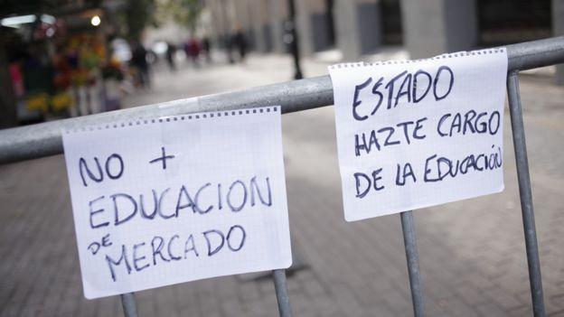 Carteles durante protestas pidiendo más inversión en educación. El mensaje reza: