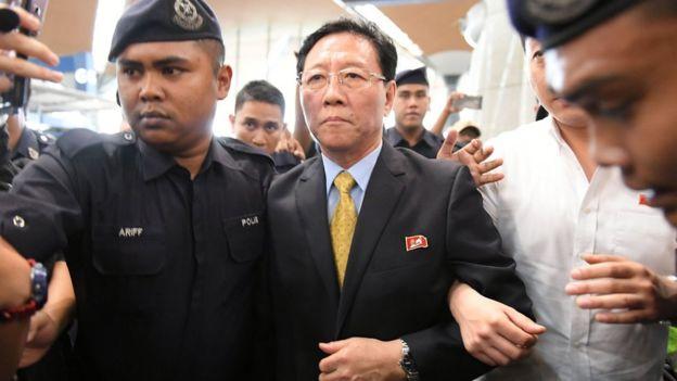 Kang Chol escoltado por policías.