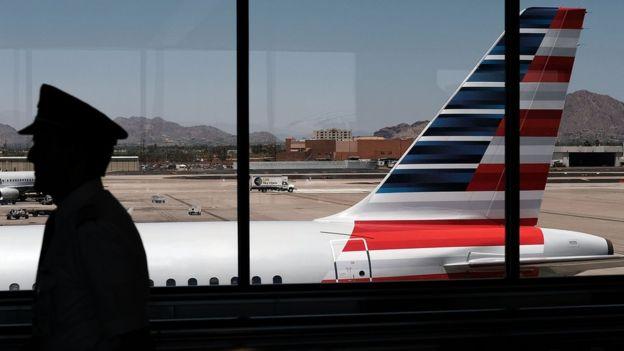 Foto de archivo de avión de American Airlines en aeropuerto.