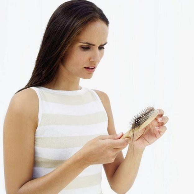 El aceite de oro para la reconstitución y una alimentación de las puntas de los cabello