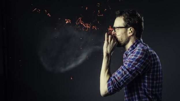 Hombre explotando un globo