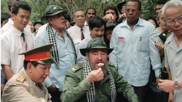 Ông Fidel Castro ăn cơm nắm ở Củ Chi, trong chuyến thăm Việt Nam năm 1995