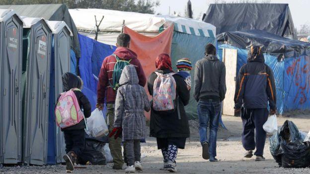 Imigrantes em campo de refugiados na Europa