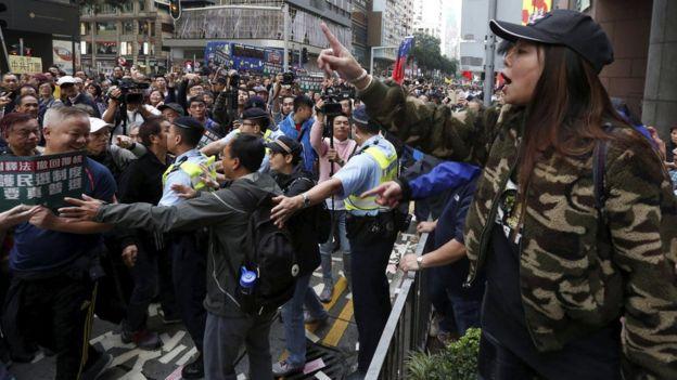 亲北京群众(右)与民主派游行人士对骂(1/1/2017)