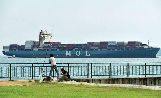 Un barco con contenedores en Singapur.