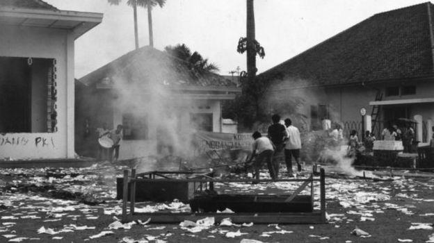 Estudiantes quemando la sede de la organización de las Juventudes del Partido Comunista indonesio