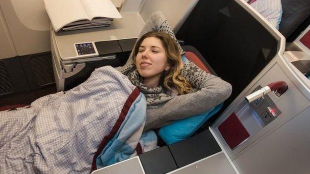 Una joven en un asiento premium