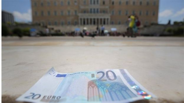 euro note outside Greek parliament