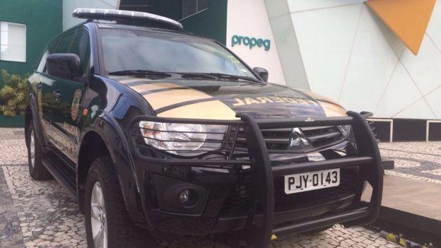 Carro da PF na Propeg, em Salvador, na terça-feira