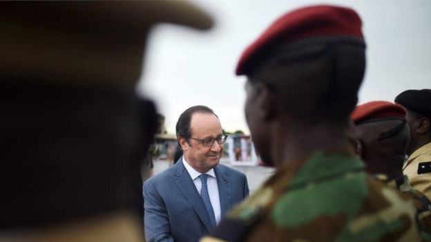 French President Francois Hollande (centre) in the Central African Republic (13 May 2016)