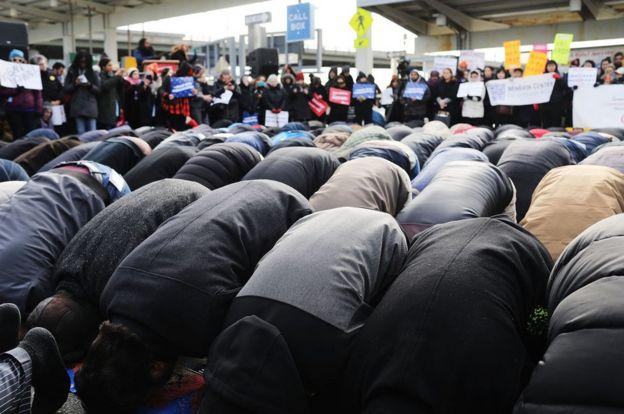El viernes hubo un grupo de manifestantes que rezaron en el aeropuerto JFK de Nueva York.