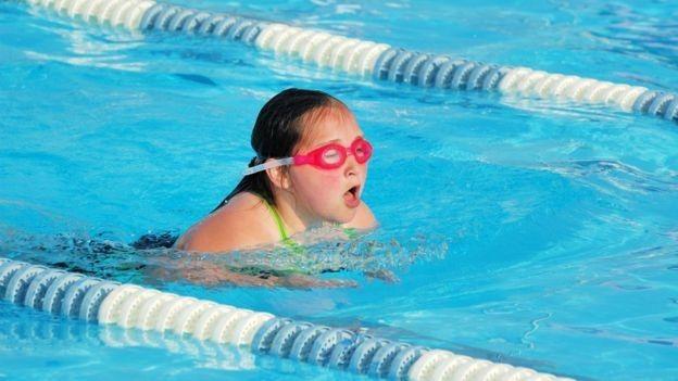 Niña nadando