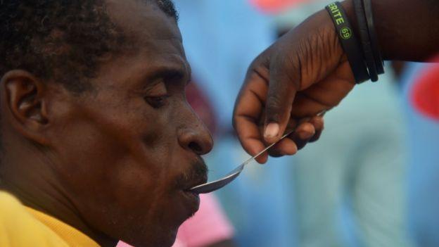 Hombre tomando medicamento