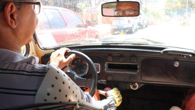 Ari Ribeiro em carro
