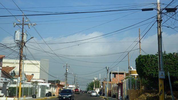 Muchos venezolanos de clases populares se abastecen de energía a través de tomas ilegales de electricidad.