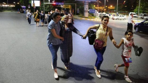 Personas huyendo