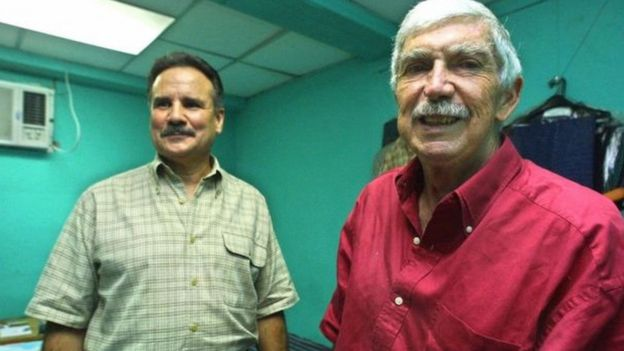 Ajenti wa CIA na mtoro wa Cuba kulia Luis Posada