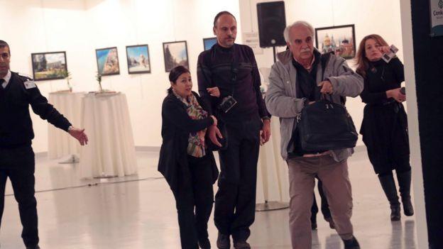 Gente saliendo de la galería