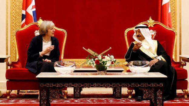رئيسة الوزراء البريطانية تيريزا ماي ونظيرها البحريني خليفة بن سلمان آل خليفة