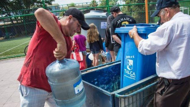 مردم در حال ذخیره آب آشامیدنی