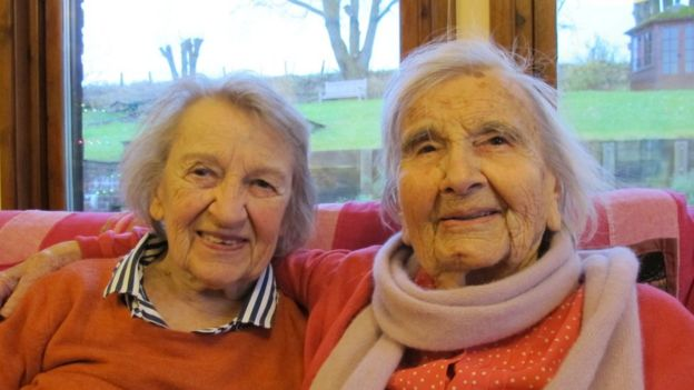 Angela Carlson (L) and her sister Lorna Black. Both died from dementia