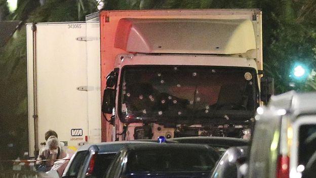Camión con huellas de disparos en el parabrisas.