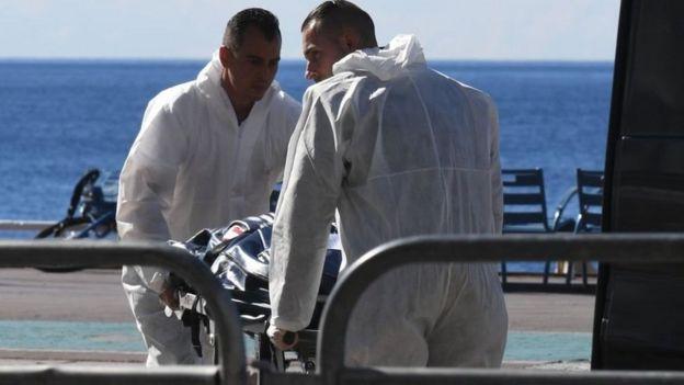 Servicios de emergencia mueven un cuerpo en el ataque de Niza