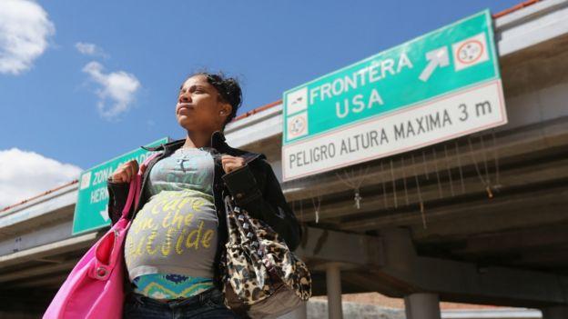 Mujer embarazada cerca de la frontera de EE.UU. y México.