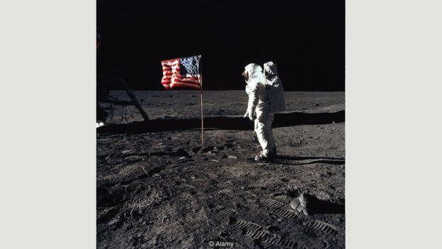 یکی از نظریههای جنجالی توطئه این بوده که مأموریتهای پروژه آپولو برای سفر به ماه در بین سالهای ۱۹۶۹ تا ۱۹۷۲، دروغ و شایعه بوده، و عکسهایی هم که سازمان ناسا از این سفرها منتشر کرده جعلی بوده