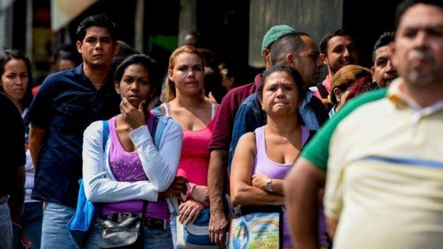 Personas haciendo cola para comprar comida