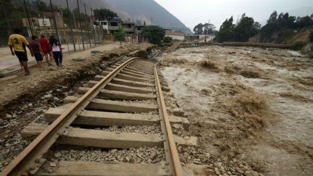 Ferrocarril ubicado en la ribera del río Rímac, en Chosica, al este de Lima.
